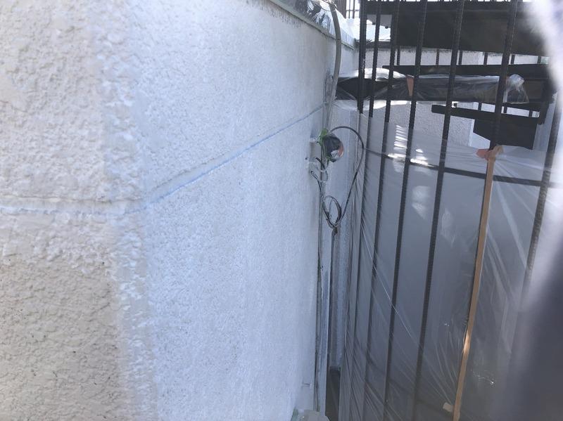 外壁の下塗り中です。(日本ペイント パーフェクトフィラー)