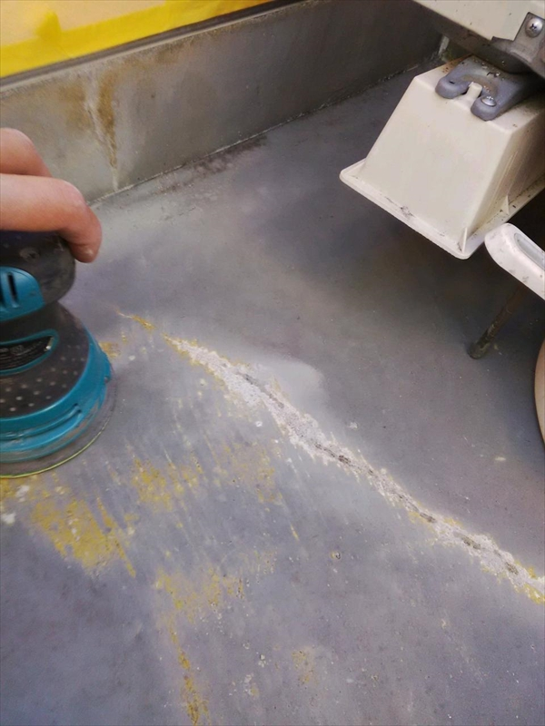 防水の再施工では前回の防水の表面をサンダーで削って、塗料の付着しやすいよう目荒しします。