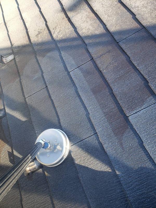 サーフェスクリーナーで屋根全体を洗浄します。