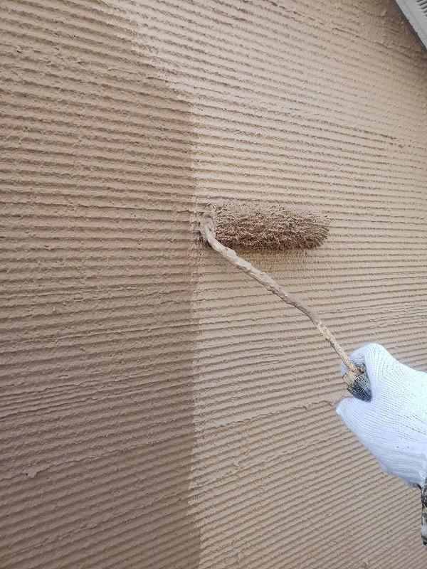 外壁のアクセント部分の上塗り中です。(エスケー化研 アートフレッシュ AC-1363)
