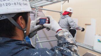 外壁塗装工事中の現場写真を撮影している花まるリフォームの塗装職人