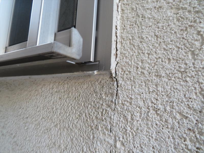 窓のサッシ部分には少し大きなヒビが入っています。