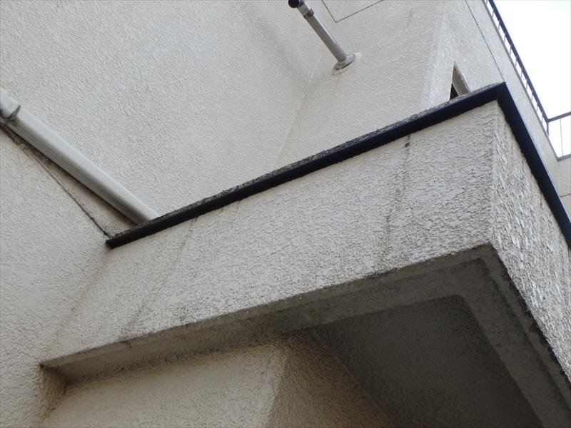 玄関の上には伝い水で汚れないように伝い水防止水切りを設置しました。
