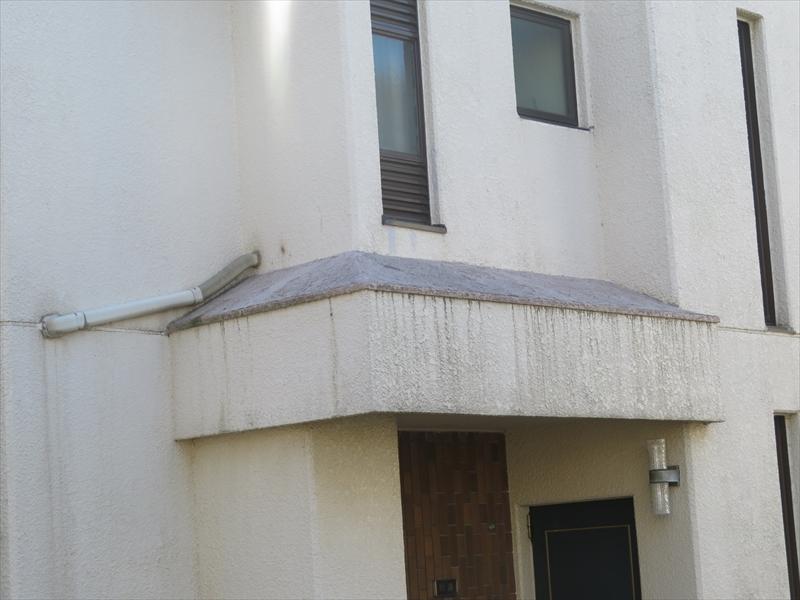 玄関の上の屋根部分から雨水が垂れて汚れていました。