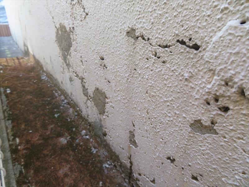 ペンキがはがれたところが多く、コンクリートが固まる際に気泡ができて穴が開く巣穴ができています。