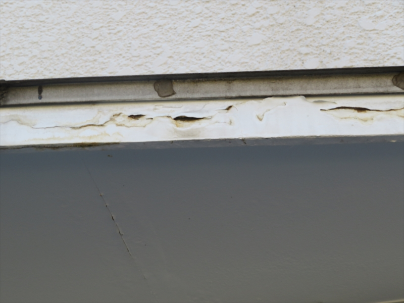 車庫の上のひさし部分にペンキはがれが起こっています。