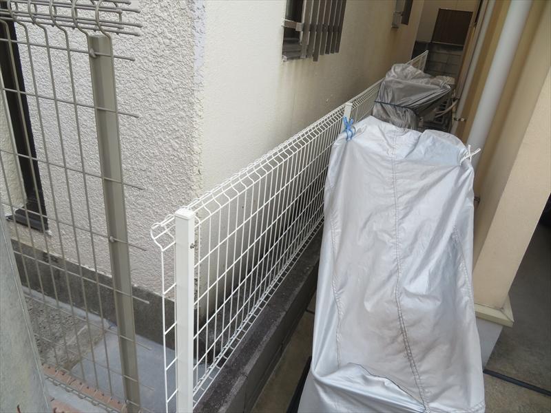 今回はフェンスのネット部分を取り外して、作業スペースを広げることになりました。