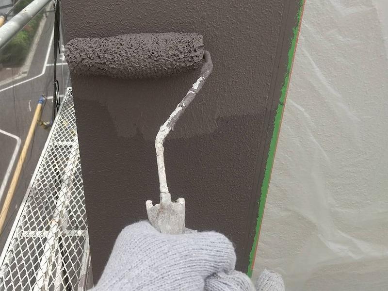 外壁のアクセント部分の上塗り中をしています。(エスケー化研 水性セラミシリコン SR-414)