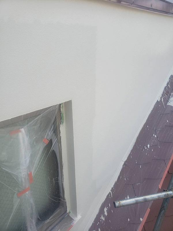 上塗り中です。(エスケー化研 水性セラミシリコン SR-175)