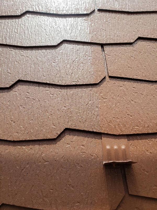 屋根の上塗り中です。(エスケー化研 クールタイト Si CLR-117 アースブラウン)