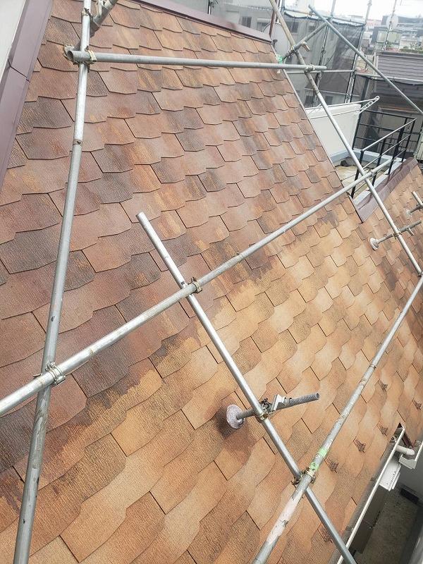 屋根の下塗りを進めています。(エスケー化研 マイルドシーラーEPO クリヤー)