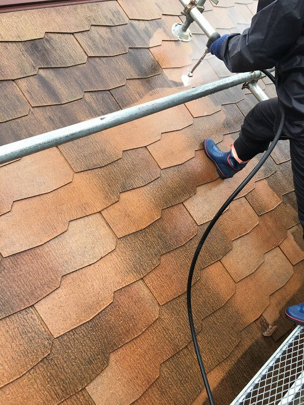 屋根の洗浄をしています。