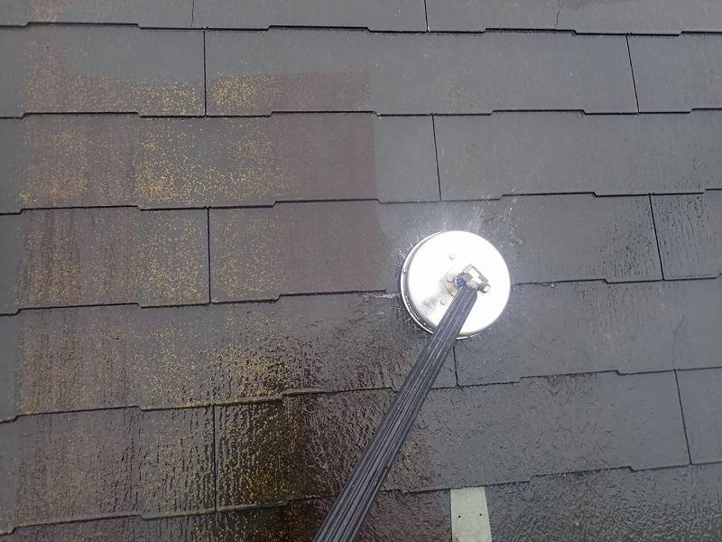 屋根を洗浄しています。