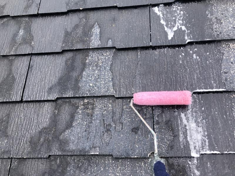 屋根の下塗り中です。(エスケー化研 マイルドシーラーEPO クリヤー)