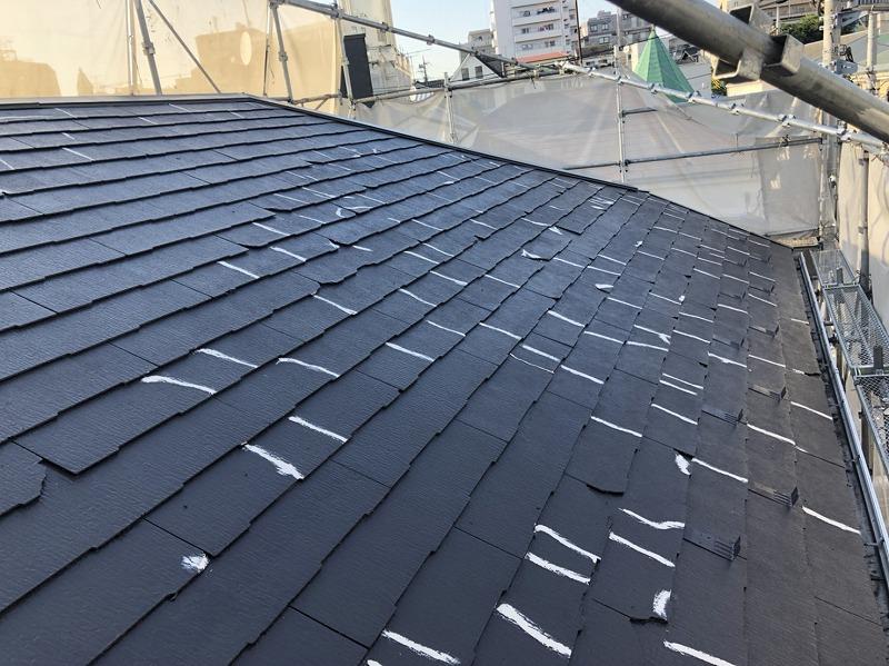 屋根の中塗りが完了すると上塗りの前に補修もします。