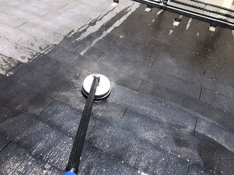 サーフェスクリーナーを使用して屋根全体をキレイにします。