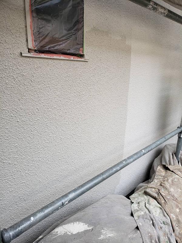 外壁の上塗り中です。(エスケー化研 水性セラミシリコン SR-174)