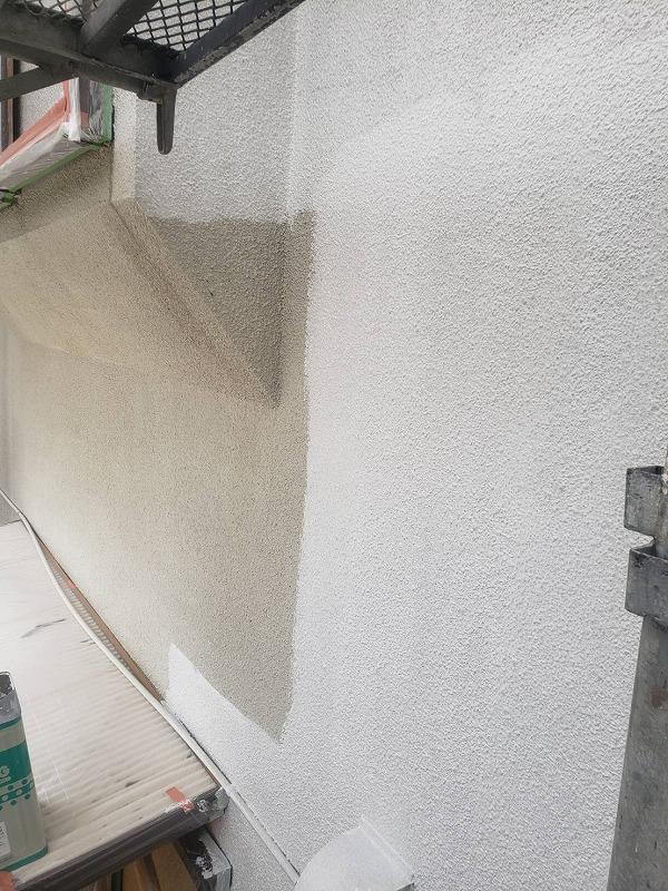 下塗りしていきます。(エスケー化研 水性ソフトサーフSG)