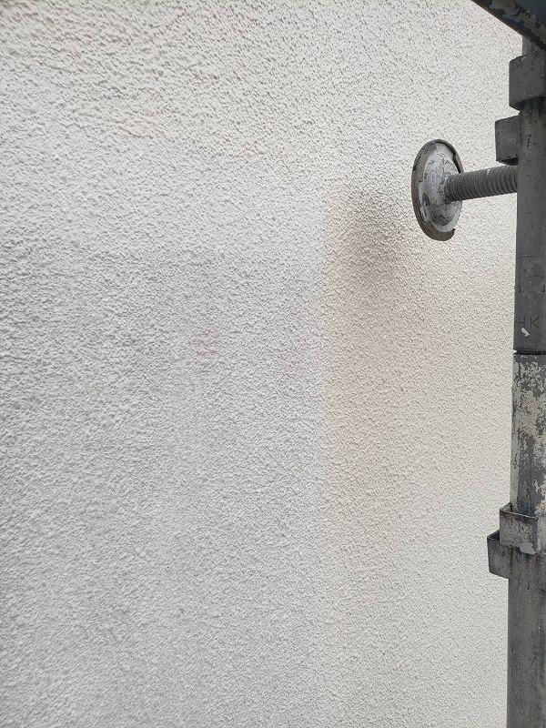 乾いた所から中塗りします。(エスケー化研 水性セラミシリコン SR-174)
