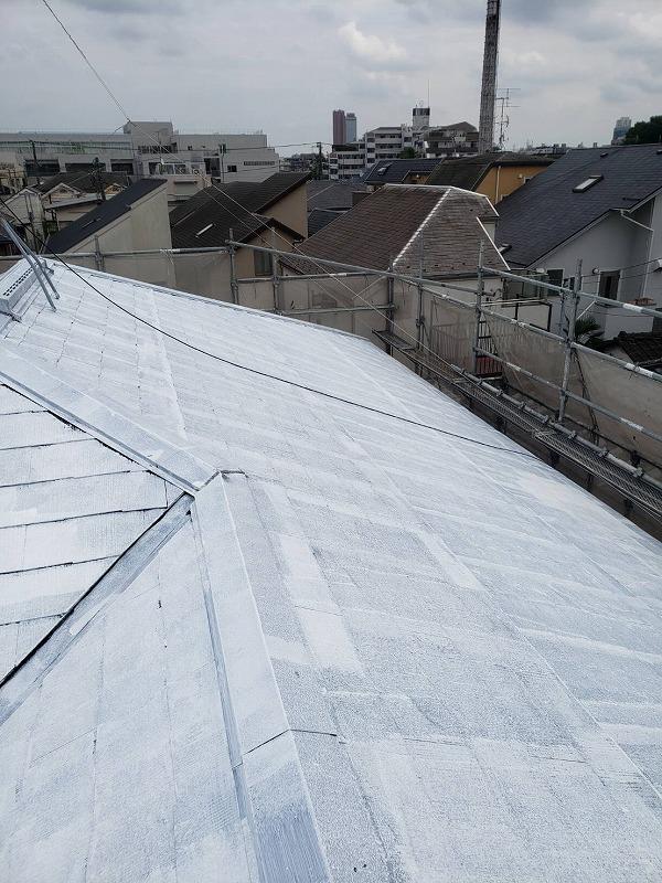 屋根の下塗りが完了しました。(水谷ペイント 快適サーモ水系シーラー 白)