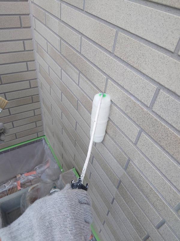 外壁サイディングのクリヤー塗装中です。(エスケー化研 クリーンSDトップ 3分艶)
