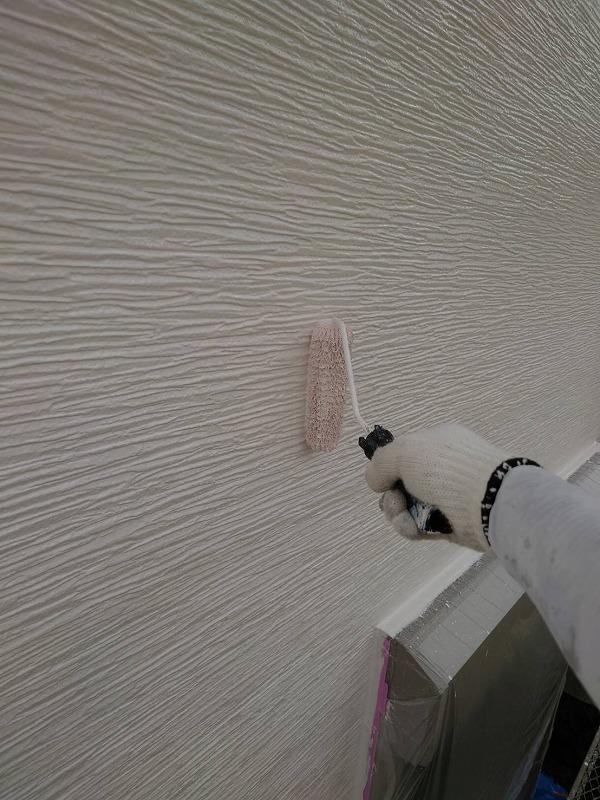 外壁の上塗り中です。(エスケー化研 クリーンマイルドウレタン 17-90A)