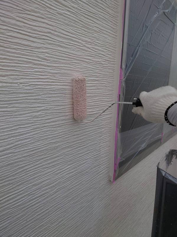 乾いた所から中塗りを始めます。(エスケー化研 クリーンマイルドウレタン 17-90A)