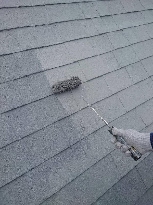 屋根の上塗り中です。(エスケー化研 水性クールタイトシリコン CLR-106 グレー)