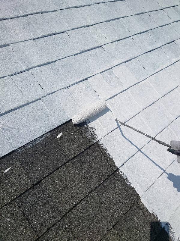 屋根の下塗り中です。(エスケー化研 水性クールタイトシーラー)