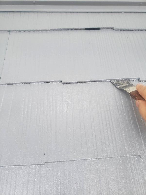中塗りまで終わった屋根にタスペーサーを設置しています。