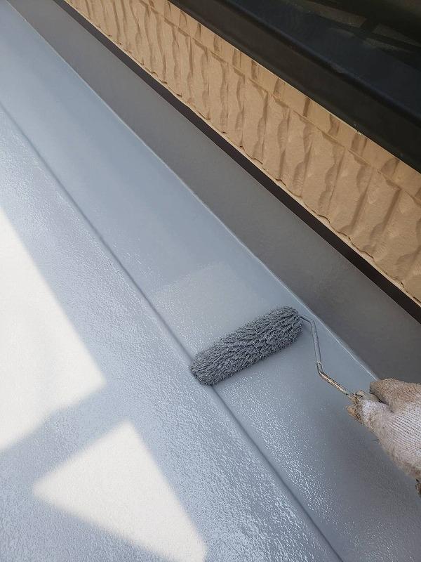 外壁塗装 世田谷区O様邸 ベランダ床FRP防水トップコート2回目塗装中2021060830997