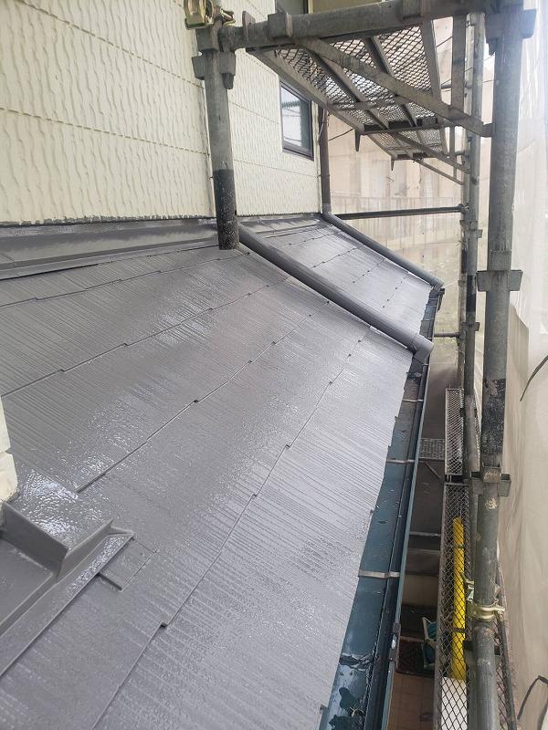 下屋根も中塗りまで完了しました。(エスケー化研 クールタイトSi CLR-106 グレー)