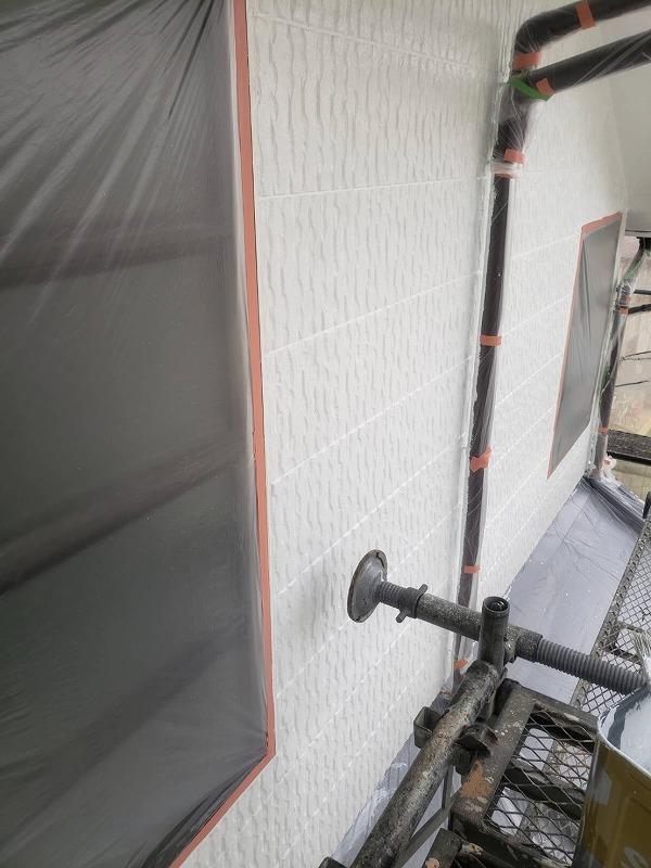 養生もバッチリ、外壁の下塗り完了です。(日本ペイント パーフェクトサーフ)