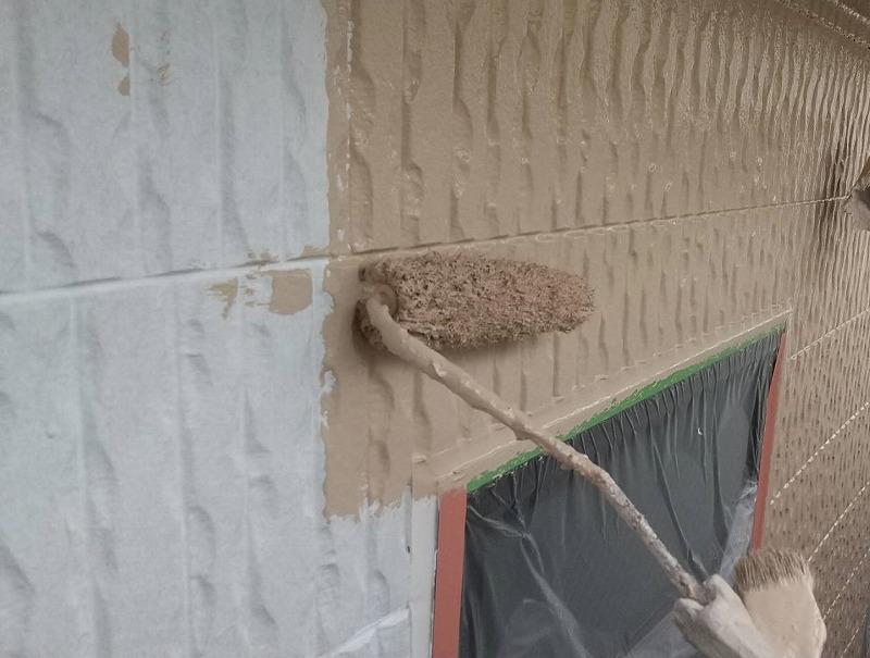 外壁の中塗り中です。(日本ペイント パーフェクトトップ SR-406)