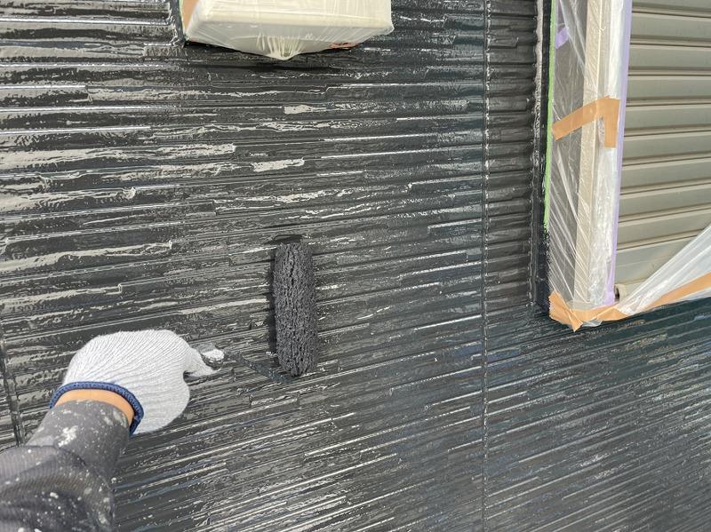外壁の上塗り中です。(エスケー化研 クリーンマイルドシリコン N-25)