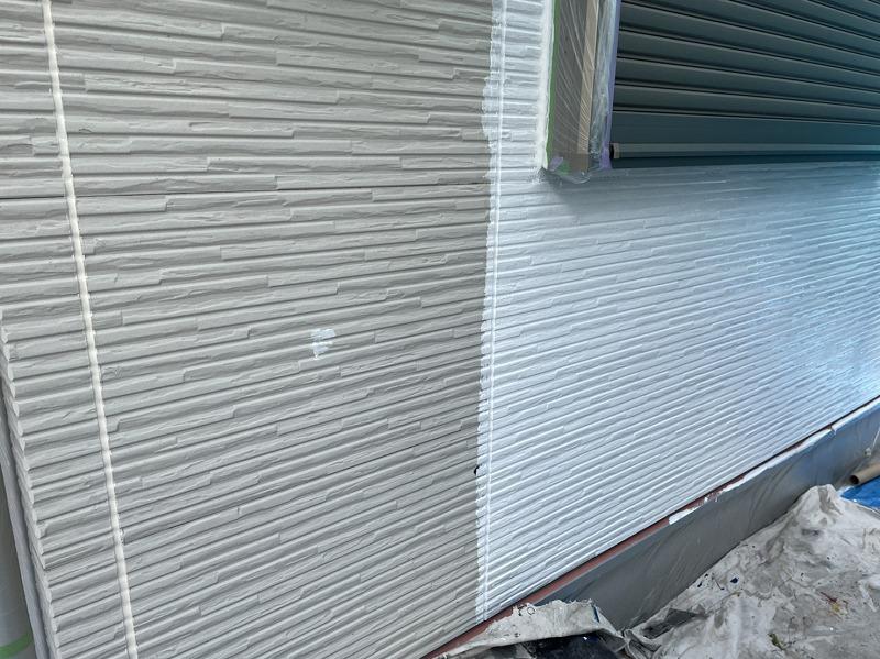 外壁の下塗り中です。(エスケー化研 水性SDサーフエポ プレミアム)