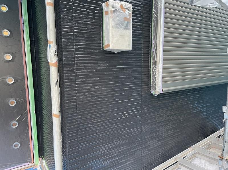 こちらの外壁は中塗り完了です。(エスケー化研 クリーンマイルドシリコン N-25)