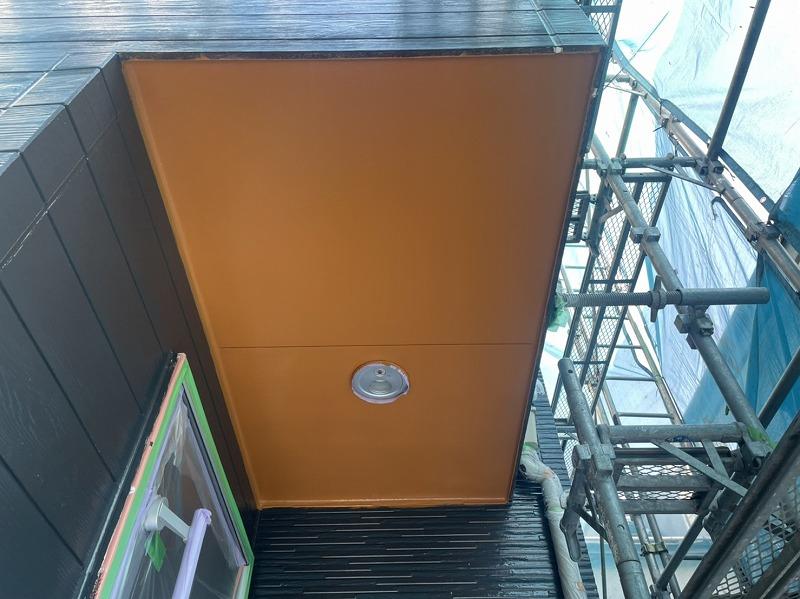 当初は元々のツートンに合わせて濃色を配色する予定でしたが、外壁を1色にして玄関の天井部を明るい濃色へと変更しました。