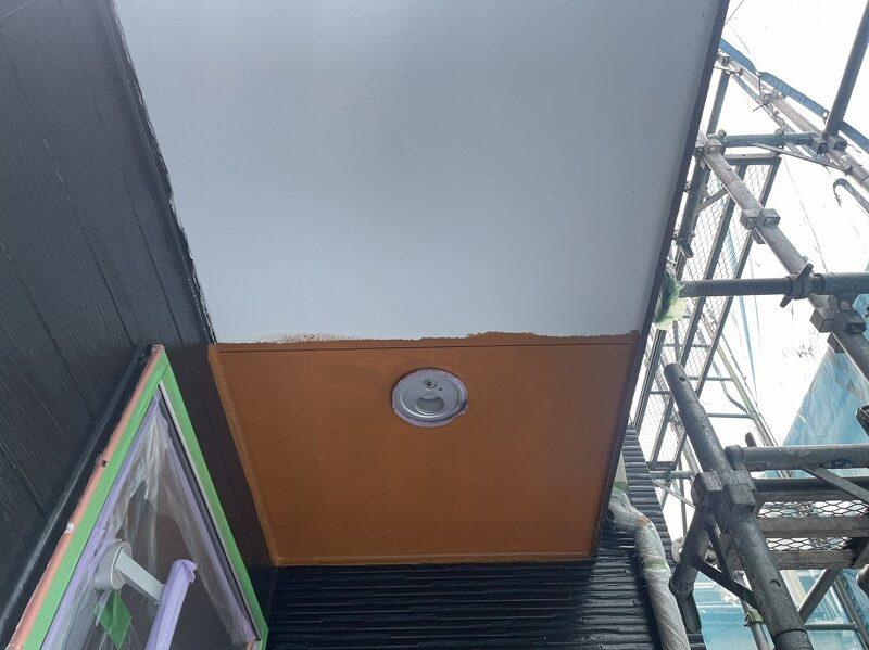 天井の中塗り中です。(日本ペイント ケンエースG-Ⅱ)