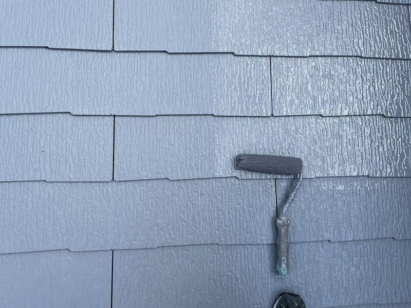 屋根の上塗り中です。(エスケー化研 クールタイトSi CLR-106 グレー)