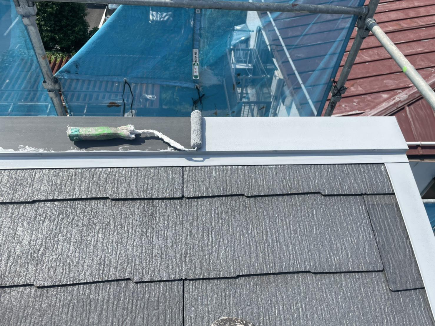 屋根板金のサビ止め塗装をしています。(日本ペイント 1液ハイポン ファインデクロ)
