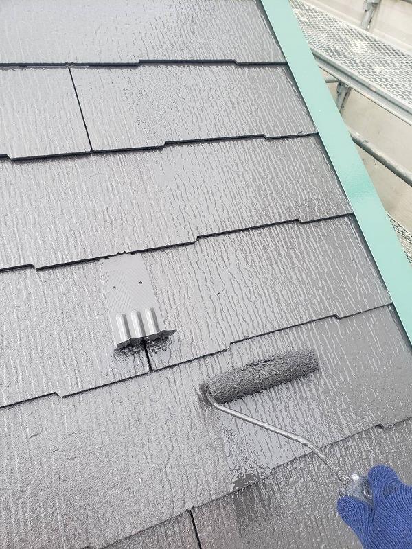 屋根の上塗り中です。(エスケー化研 クールタイト CLR-121 セピアブラウン / 板金部分 CLR-142フォレストグリーン)