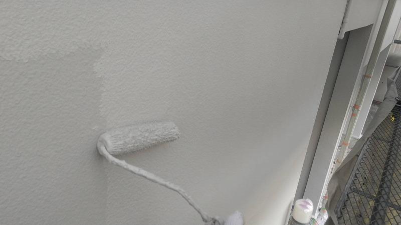 1階モルタル外壁の上塗り中です。(エスケー化研 アートフレッシュ AC-1120)