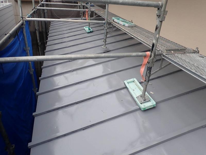 下屋根は中塗りまで終了しました。(エスケー化研 クールタイトSi CLR-106 グレー)