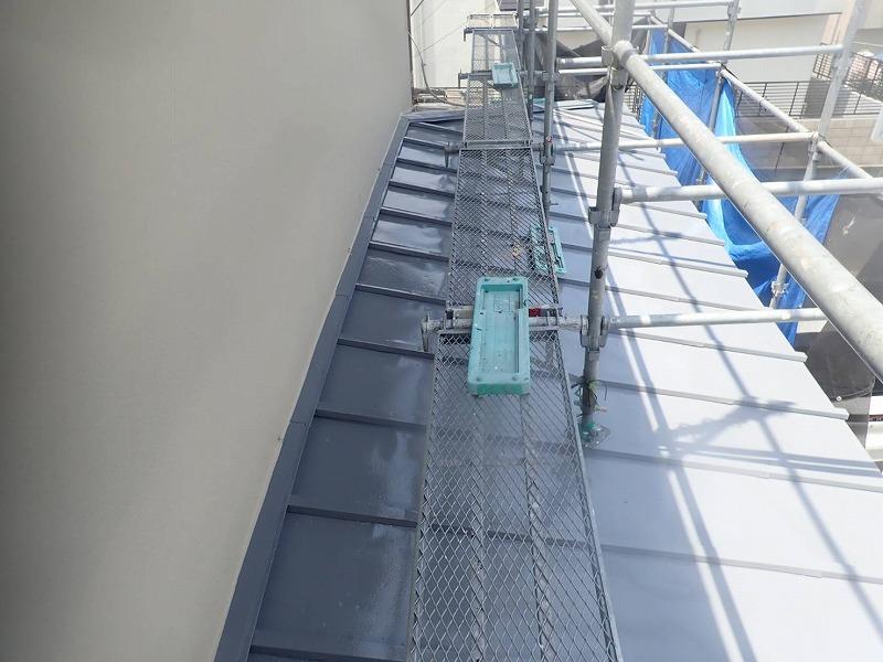 下屋根の塗装が完了しました。(エスケー化研 クールタイトSi CLR-106 グレー)