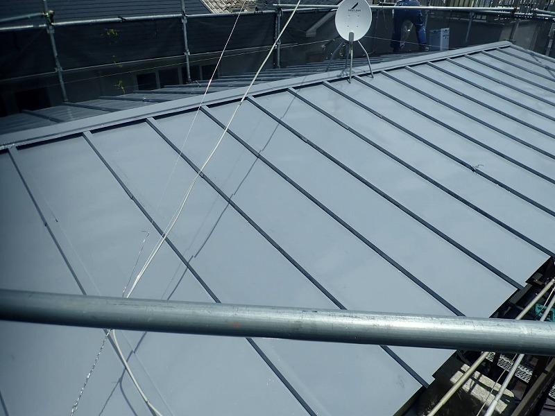 屋根の中塗りが完了しました。(エスケー化研 クールタイトSi CLR-106 グレー)