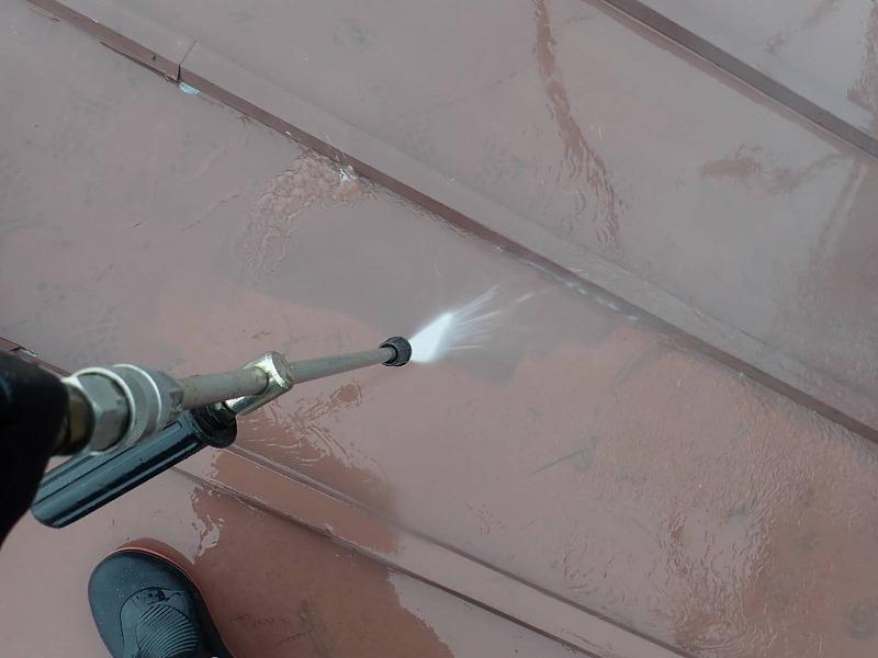 屋根の洗浄中です。