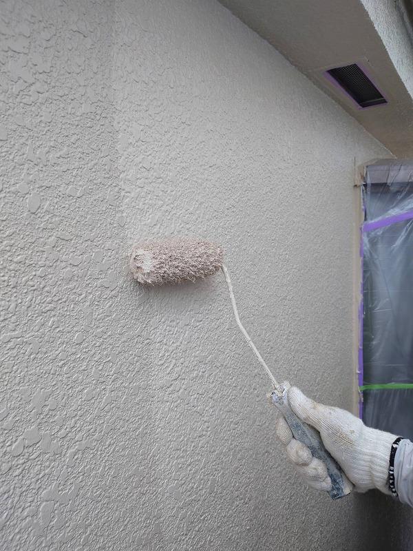続いて上塗りをします。(エスケー化研 水性セラミシリコン SR-113 )