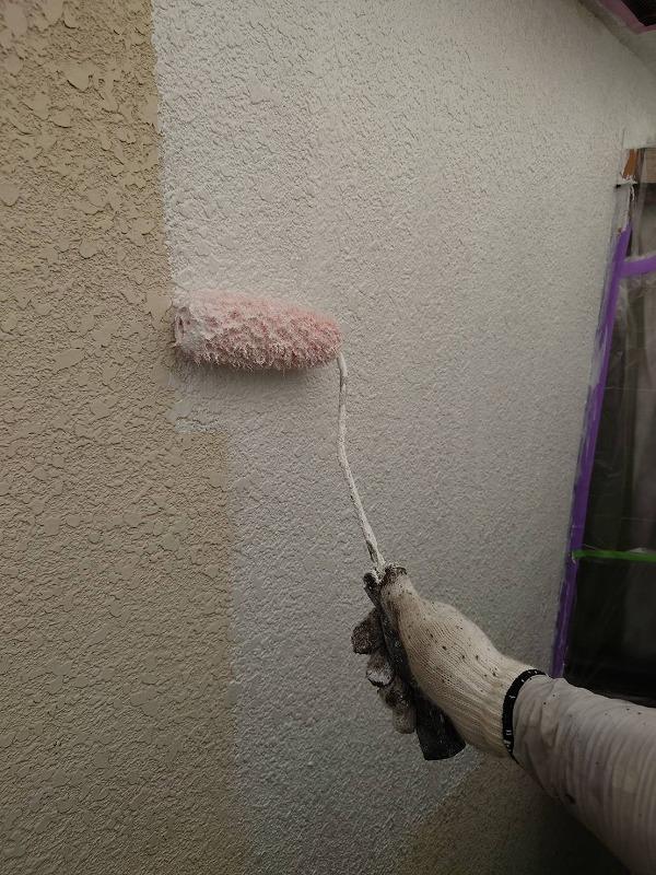 外壁の下塗り中です。(エスケー化研 水性ソフトサーフSG)