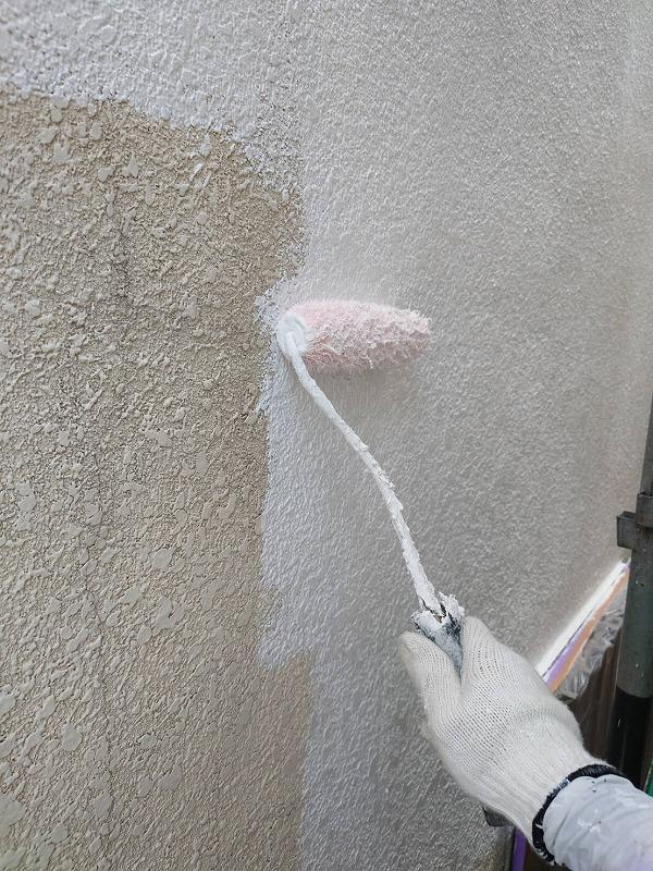 昨日に引き続き、外壁の下塗りをしています。(エスケー化研 水性ソフトサーフSG)